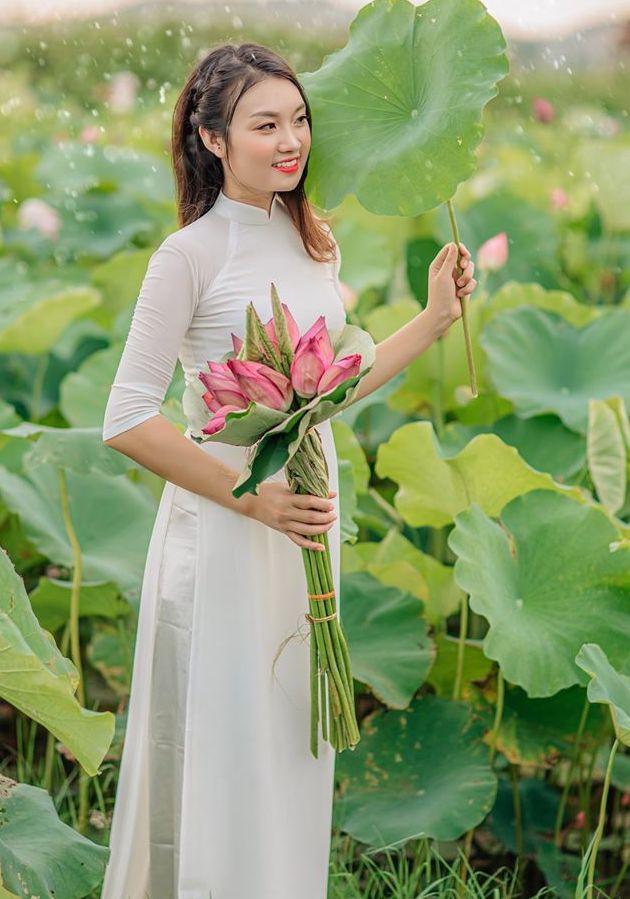 các tư thế chụp ảnh với hoa sen
